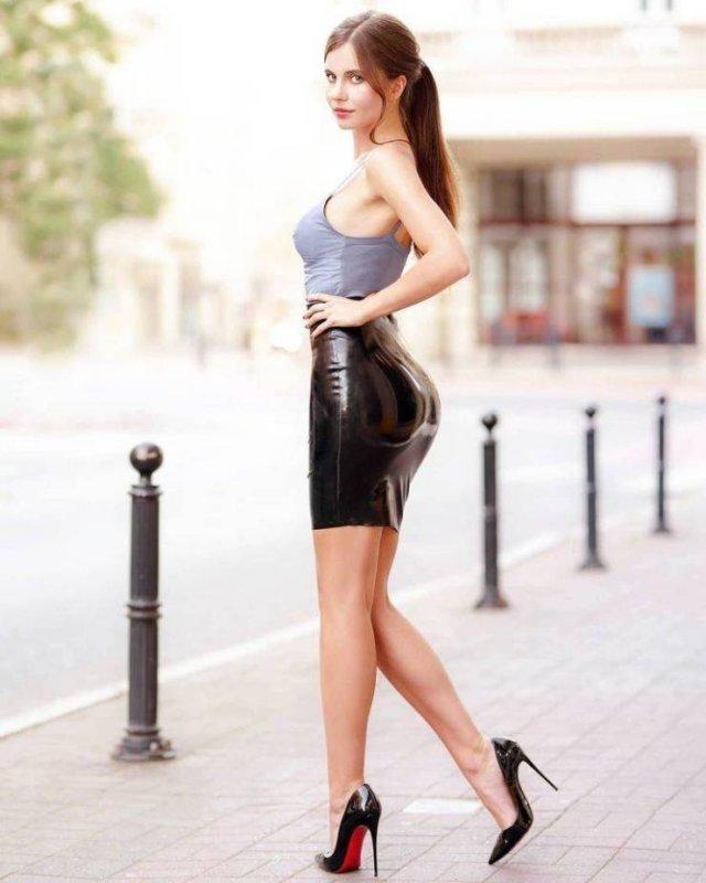 Girls In Tight Dresses (51 pics)