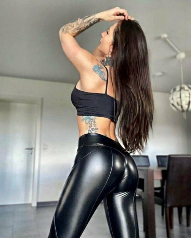 Girls In Latex And Leather (47 pics)