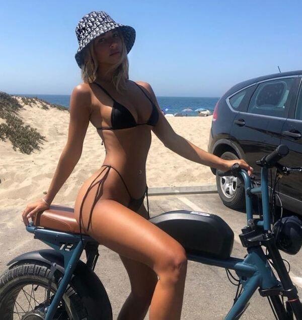Girls Riding Bicycles (50 pics)