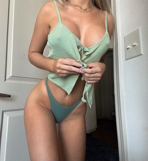 Busty Girls (71 pics)