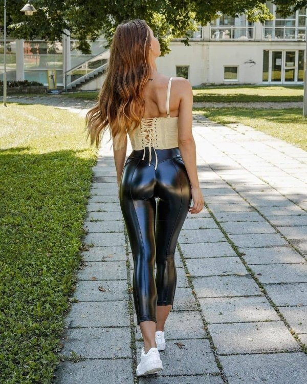 Girls In Latex And Leather (36 pics)