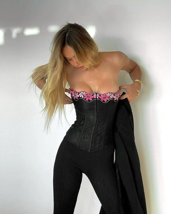 Girls In Corsets (36 pics)