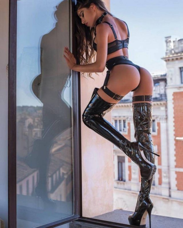 Girls In Latex And Leather (46 pics)