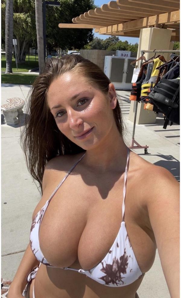 Busty Girls (41 pics)