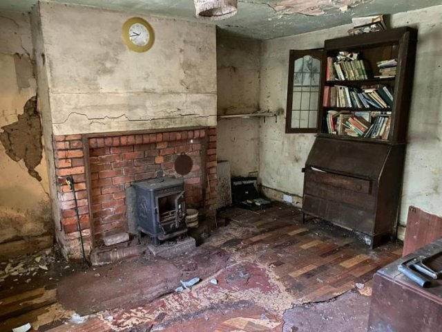 Abandoned Cottage In Verwood (16 pics)