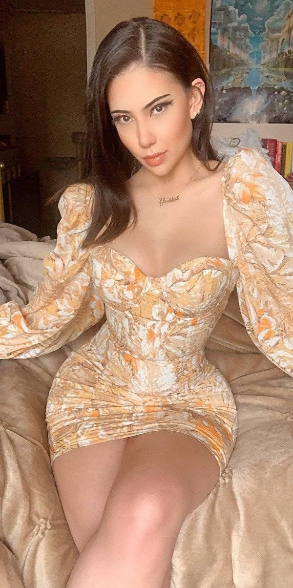 Girls In Tight Dresses (49 pics)