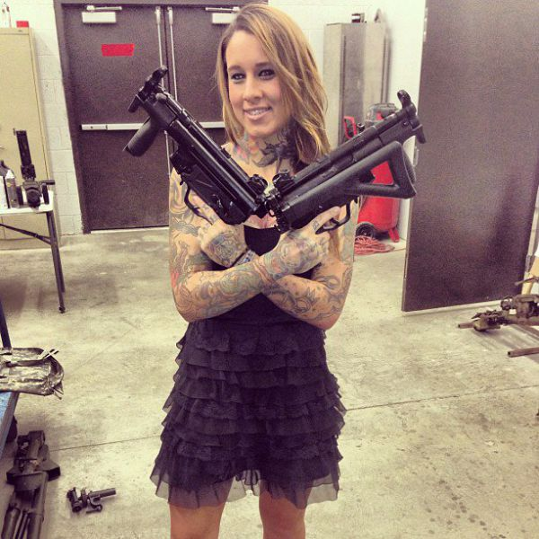 She Loves Weapons, Tattoos, and Big Guns (20 pics)