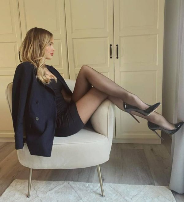 She's Got Legs, She Knows How To Use Them ( 40 Pics)
